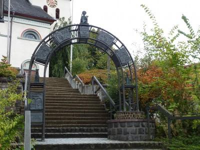 ZeitTor zum Aufgang der Kirche - Erinnerung an das 1000jährige Ortsjubiläum
