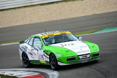 """Marcel Hoppe fährt im Fleper-Porsche 944 Turbo ein starkes Rennen beim Saisonfinale der """"ADAC Youngtimer Trophy"""" auf der Nürburgring Nordschleife."""
