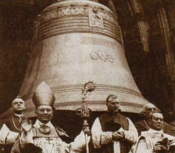 """Karl Josef Kardinal Schulte bei der Glockenweihe des """"Dicken Pitter"""" im Kölner Dom"""