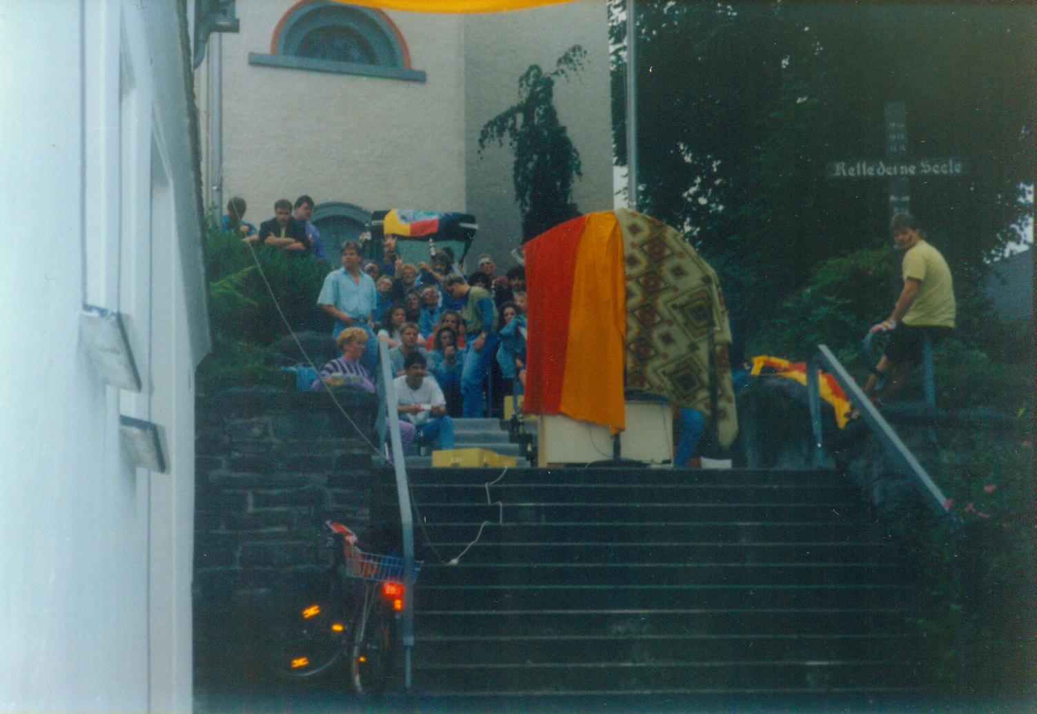 Bild von Public Viewing auf den Kirchentreppen