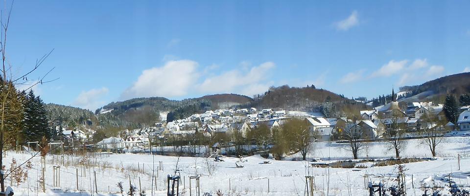 """Bild von Winterzeit in Oedingen – Blick auf Oedingen von der """"bespielbaren Landschaft"""" Fabri´s Wiese"""