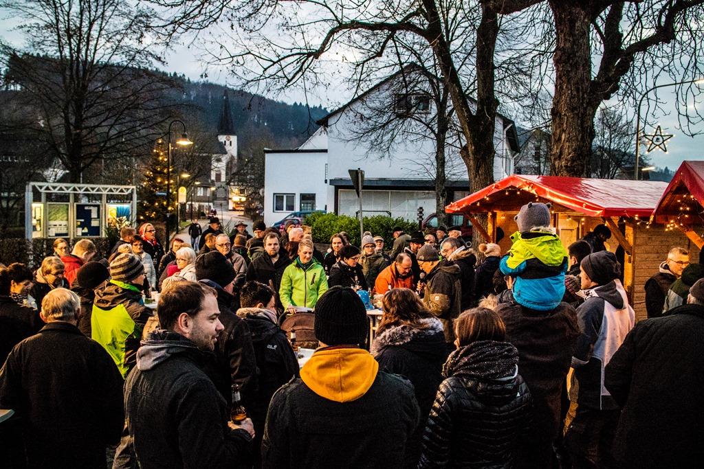 Bild von Kleiner Weihnachtsmarkt 2016 – Kindergarten und Grundschule übergeben die Glocken 2016