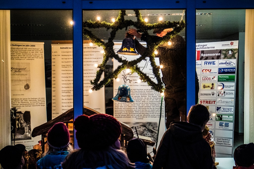 Die Glocken 2016 - bemalt von den Kindern des Kindergartens und der Grundschule - werden am Stern im ZeitFenster befestigt