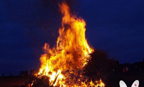 Dorfgemeinschaft baut Osterfeuer auf