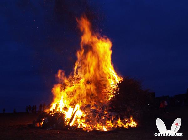 Bild von Dorfgemeinschaft baut Osterfeuer auf