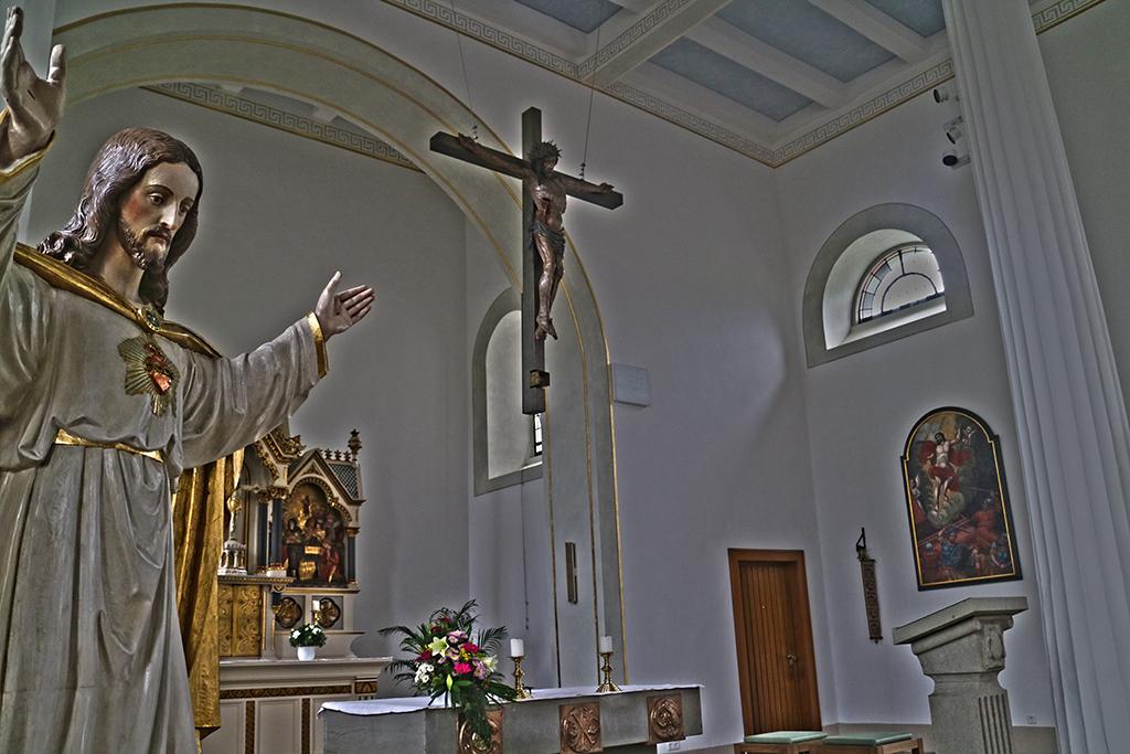 Bild von Kreuz mit Oedinger Kreuzreliquie hängt nun wieder über dem Altar – Oedingen.de schließt das Tagebuch zur Kirchenrenovierung