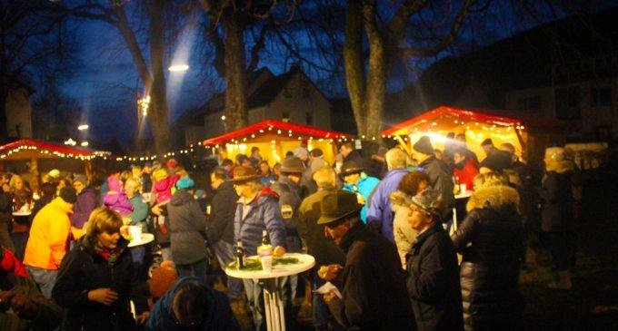 Kleiner Weihnachtsmarkt mit Glockenübergabe