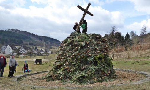 Das Osterfeuer steht – Dank an die vielen fleißigen Helfer