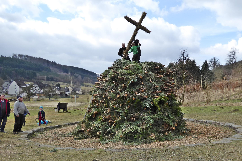 Bild von Das Osterfeuer steht – Dank an die vielen fleißigen Helfer