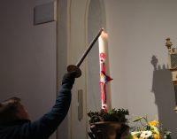 Feuer der Osterkerze entzündet Osterfeuer