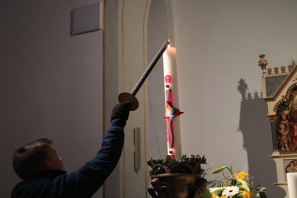 Bild von Feuer der Osterkerze entzündet Osterfeuer