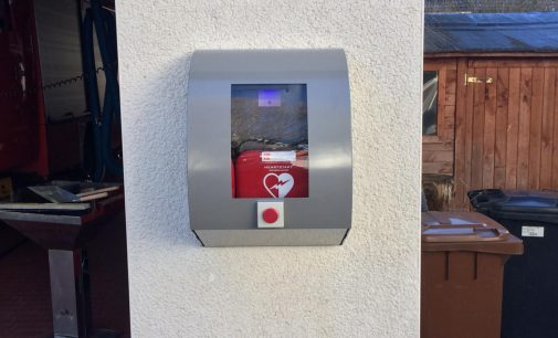 Defibrillator installiert und einsatzfähig