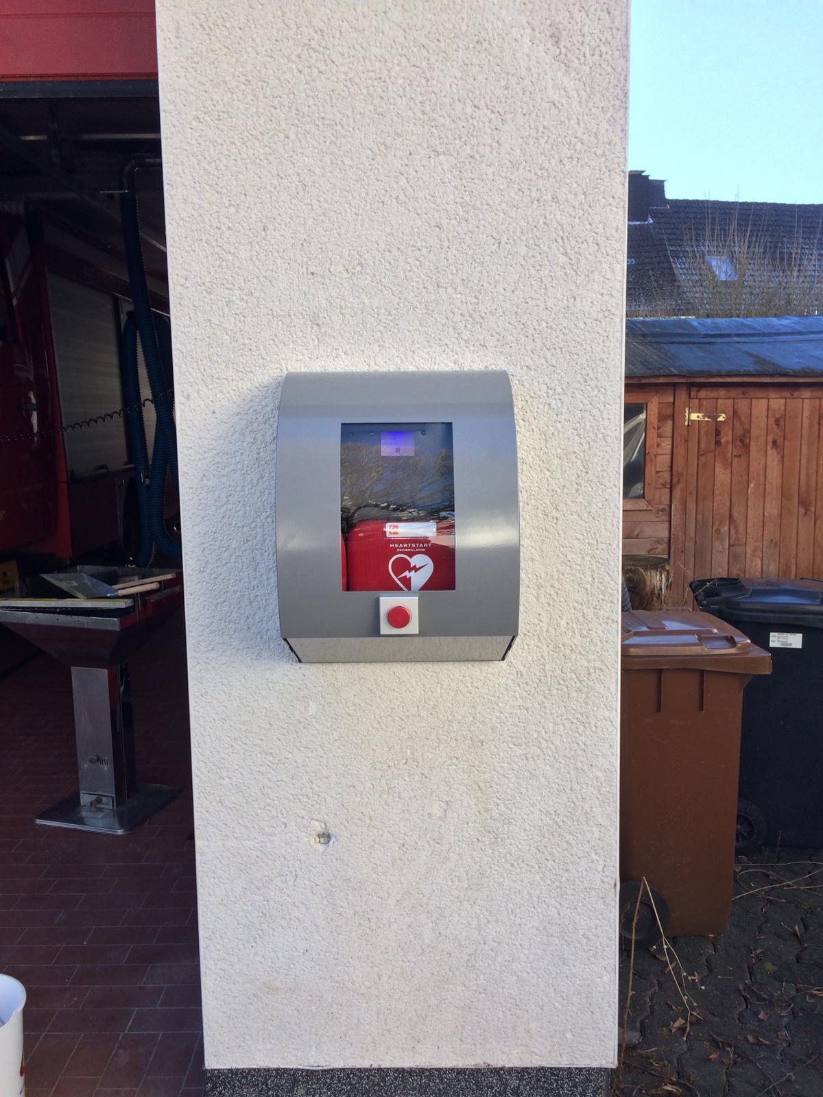 Bild von Defibrillator installiert und einsatzfähig