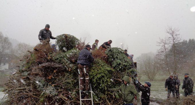 Osterfeuerbauer trotzen dem Schneetreiben
