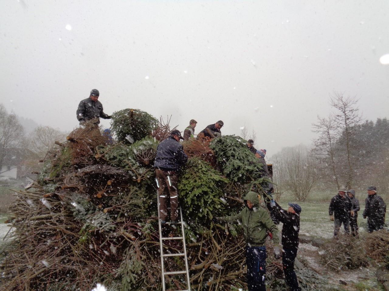 Bild von Osterfeuerbauer trotzen dem Schneetreiben
